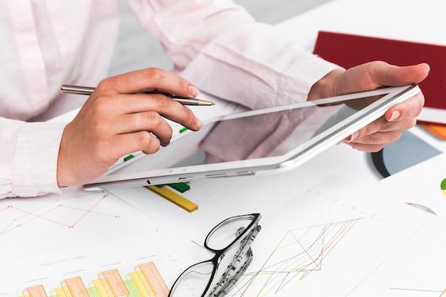 Bedrijfsmens die in een bureaudesktop werken Gratis Foto