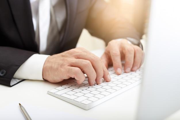 Bedrijfsmens die moderne computer met behulp van Premium Foto