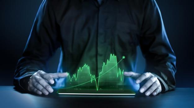 Bedrijfsmens die winstgevende grafieken van de effectenbeurs holografische technologie tonen Premium Foto