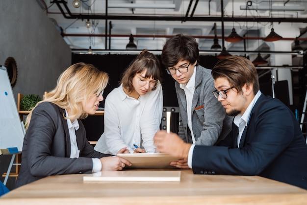 Bedrijfsmensen die bespreking over een document hebben Gratis Foto