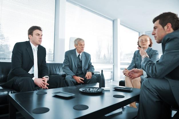 Bedrijfsmensen die een onderbreking hebben op bureauvergadering Premium Foto