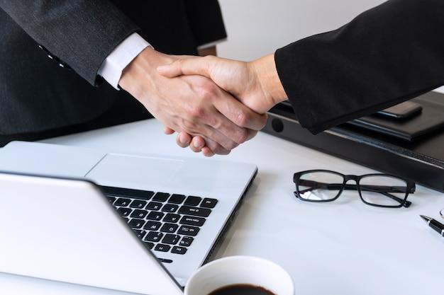 Bedrijfsmensen die handen schudden, een vergadering, bedrijfs en bureauconcept beëindigen Premium Foto