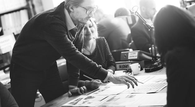 Bedrijfsmensen die het concept van ontwerpideeën ontmoeten Gratis Foto
