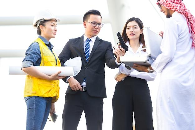 Bedrijfsmensen die het machinegeweer van de kostuumholding in stad dragen Premium Foto