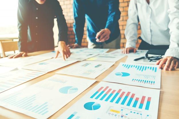 Bedrijfsmensen die laptop van het de analyseconcept van de planningsstrategie vergadering ontmoeten Premium Foto