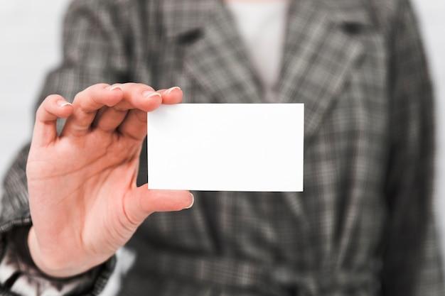 Bedrijfsmensen die leeg adreskaartje tonen Gratis Foto