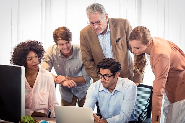 Bedrijfsmensen die over laptop bespreken Premium Foto