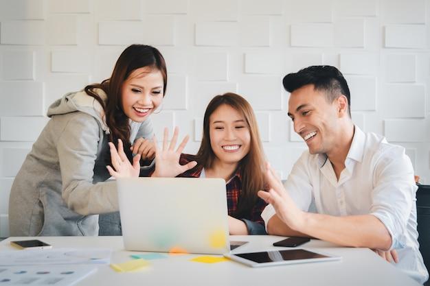 Bedrijfsmensen die samen met gelukkige emotie bij webcamcamera werken aan laptop computer Premium Foto
