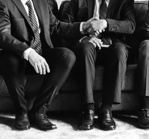 Bedrijfsmensen die samen op laag zitten Gratis Foto