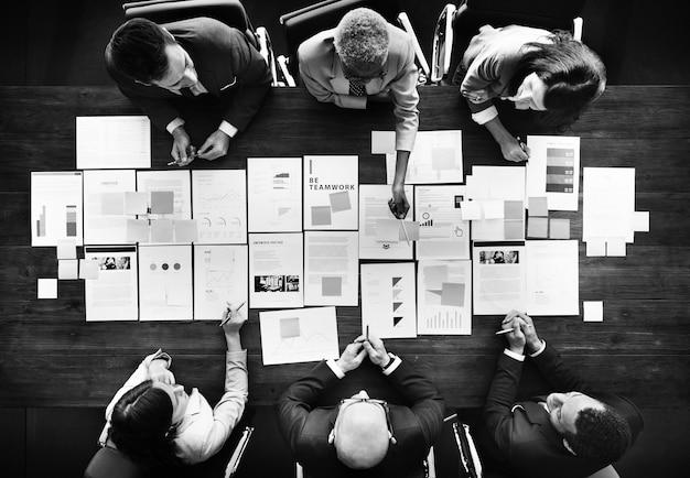Bedrijfsmensen die statistieken financieel concept analyseren Gratis Foto