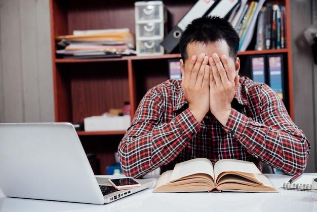 Bedrijfsmensen ongelukkig zakenlui die in bureau zitten Gratis Foto