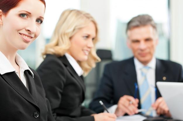 Bedrijfsmensen - teamvergadering in een kantoor Premium Foto