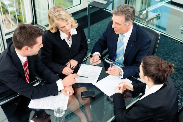 Bedrijfsmensen - vergadering in een kantoor Premium Foto