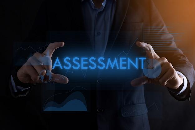 Bedrijfsmensenhanden die inscriptiebeoordeling houden Premium Foto