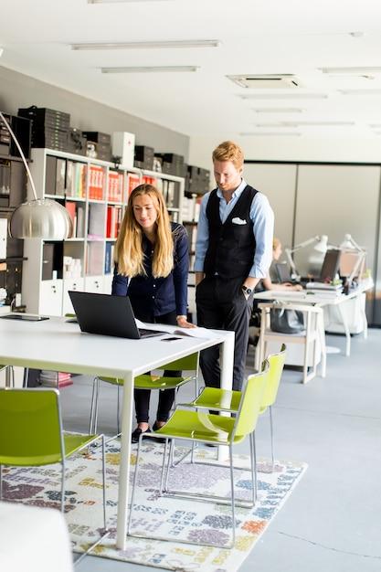 Bedrijfspaar dat laptop met behulp van Premium Foto