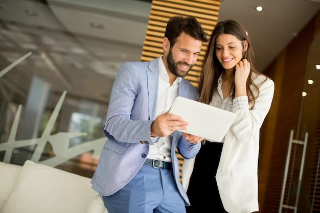 Bedrijfspaar die tablet gebruiken Premium Foto