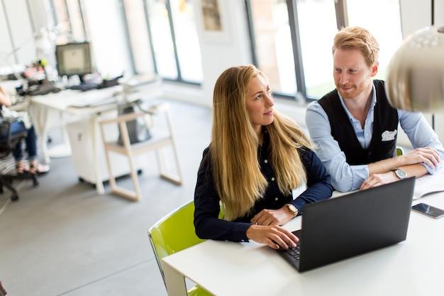 Bedrijfspaar in bureau Premium Foto