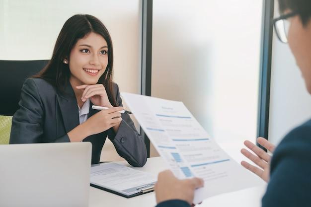 Bedrijfssituatie, sollicitatiegesprek concept. Premium Foto