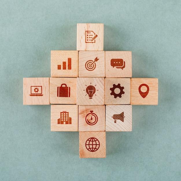 Bedrijfsstrategieconcept met houten blokken met pictogrammen. Gratis Foto
