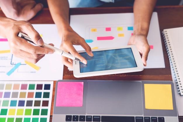 Bedrijfstechnologieconcept, creatieve teamontwerper die steekproeven met ui / ux kiezen die zich op het ontwerp van de schetslay-out op smartphoneapplicatie ontwikkelen voor het ontwerpgrafiek van de mobiele gebruikersinterface. Premium Foto