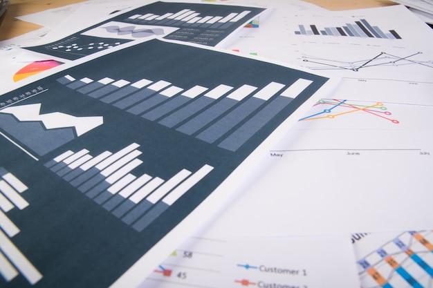 Bedrijfsverslag. grafieken en diagrammen. bedrijfsconcept. Gratis Foto