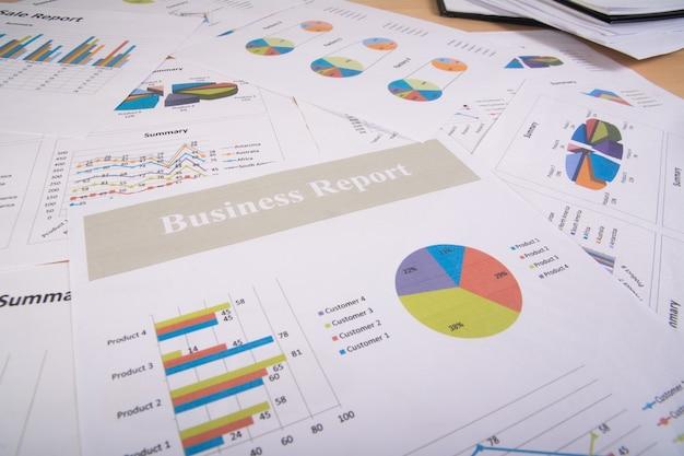 Bedrijfsverslag. grafieken en grafieken. bedrijfsverslagen en stapel documenten. bedrijfsconcept. Gratis Foto