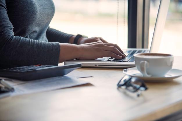 Bedrijfsvrouw die aan laptop computer in bureau werken Premium Foto