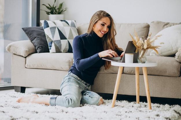 Bedrijfsvrouw die aan laptop thuis werken Gratis Foto