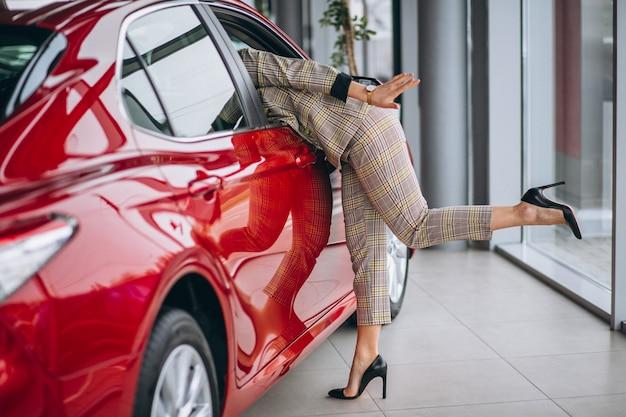 Bedrijfsvrouw die een auto byet Gratis Foto