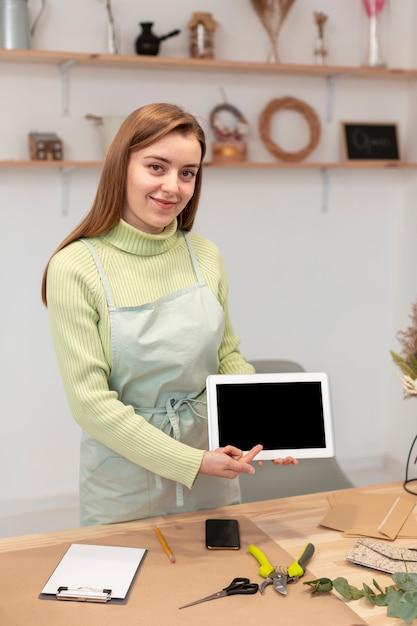 Bedrijfsvrouw die een tablet tonen Gratis Foto