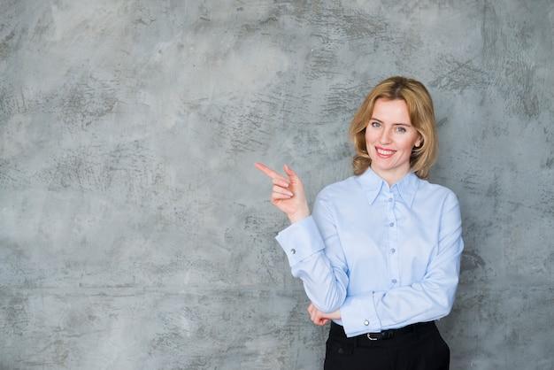 Bedrijfsvrouw die vinger weg richten Gratis Foto