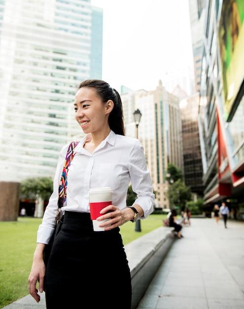Bedrijfsvrouw in een stad Premium Foto