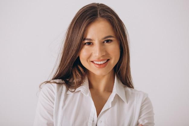 Bedrijfsvrouw in wit die overhemd op witte achtergrond wordt geïsoleerd Gratis Foto