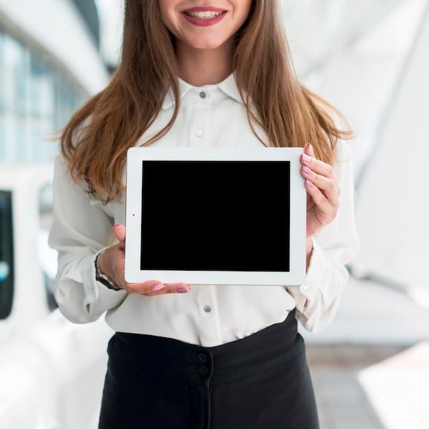 Bedrijfsvrouw met een tablet in de straat Gratis Foto