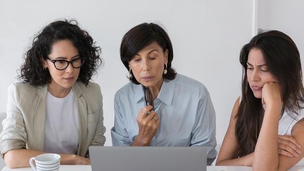 Bedrijfsvrouwen die aan moeilijk project werken Gratis Foto
