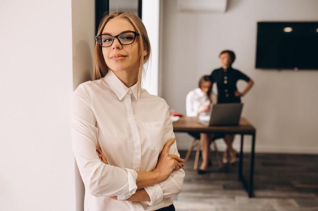 Bedrijfsvrouwen die in ofice werken Premium Foto