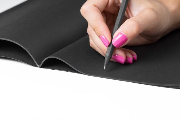 Bedrijfsvrouwenhanden die het schrijven notitieboekje werken Premium Foto