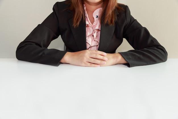 Bedrijfsvrouwenzitting bij bureau en het wachten op interviewer - interviewconcept. Premium Foto