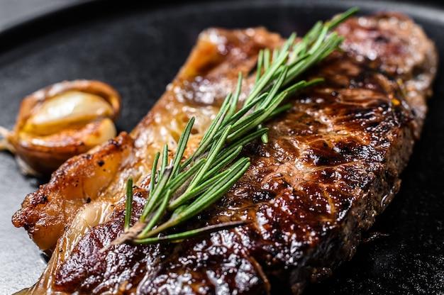 Beef new york strip steak. ruimte voor tekst. marmer premium rundvlees. detailopname. Premium Foto