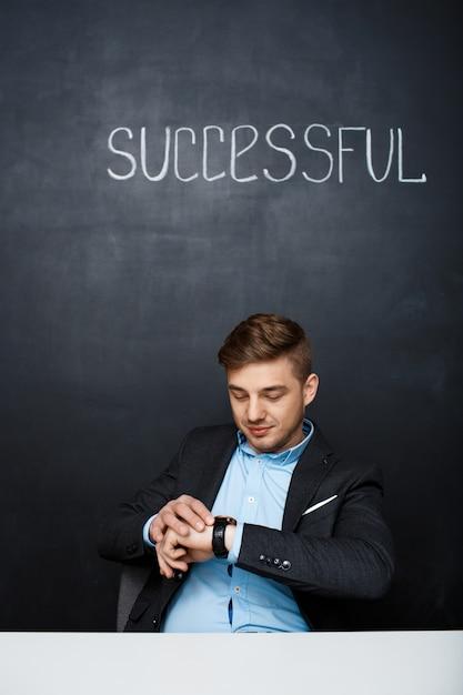 Beeld van een gelukkige mens over zwarte raad met succesvolle tekst Gratis Foto