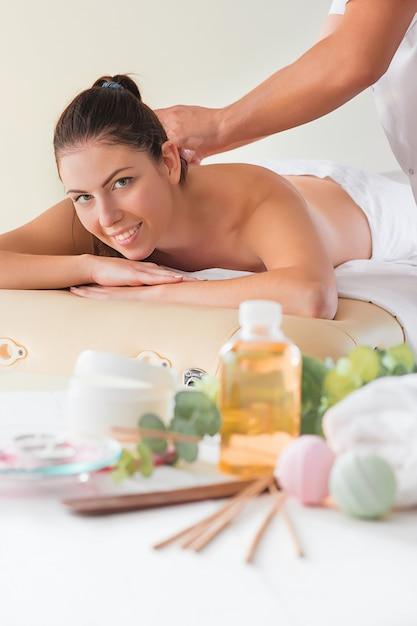 Beeld van gelukkige mooie vrouw in massagesalon Gratis Foto