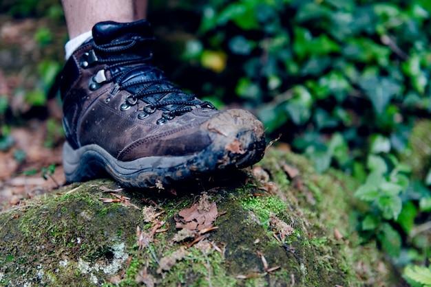 Beeld van vuile mensenschoenen die zich op de rots bevinden Premium Foto