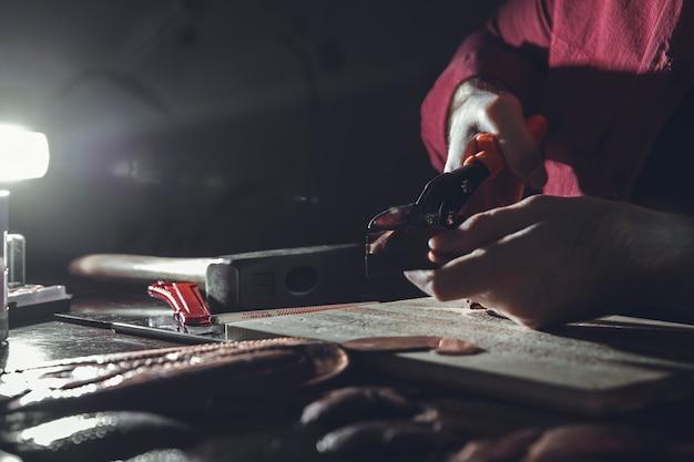 Beeldhouwen maken in de duisternis in het atelier. hoge kwaliteit foto Gratis Foto