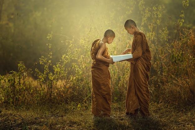 Beginner lezen om de dharma te bestuderen Premium Foto