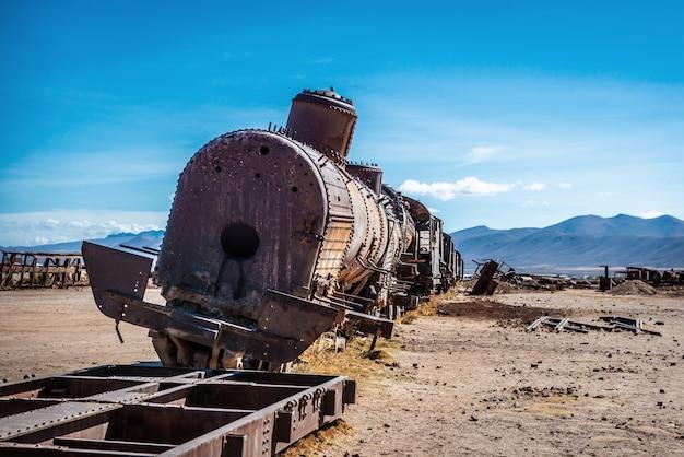 Begraafplaats van verlaten treinen, uyuni, bolivia Premium Foto