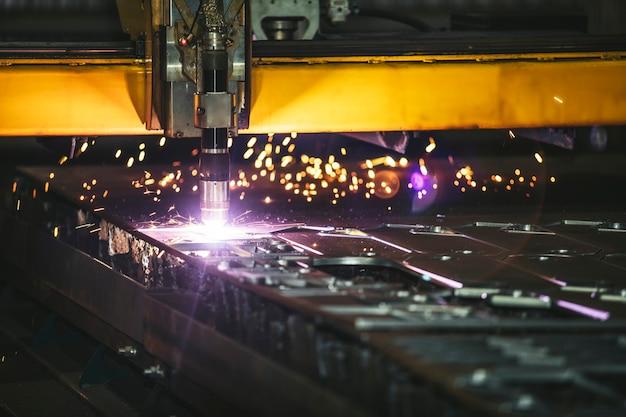 Beheer van laserapparatuur en productie van metalen constructies en machines Premium Foto