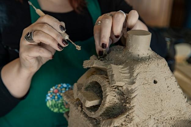 Beheers het gebruik van klei en het maken van een sculptuur Gratis Foto