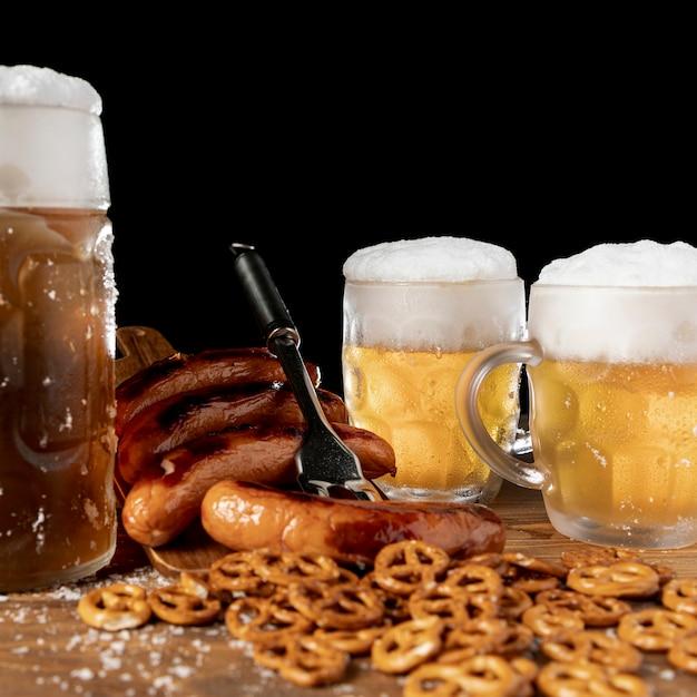 Beierse bieren en snacks close-up Gratis Foto
