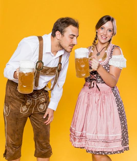 Beierse man en vrouw met bierpullen Gratis Foto