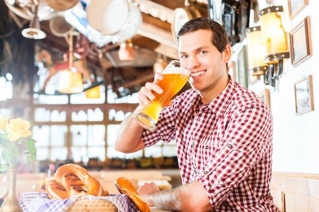 Beierse mens die tarwebier drinkt Premium Foto